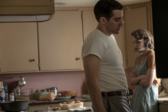 Jake Gyllenhaal as Jerry Brinson and Carey Mulligan as Jeanette Brinson
