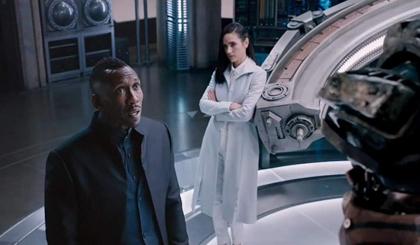 Alita: Battle Angel Mahershala Ali and Jennifer Connelly looking over a robot in their lab