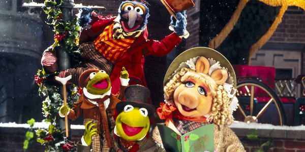 The Muppet Christmas Carol Gonzo, Robin, Kermit, and Piggy pose by a lamp post