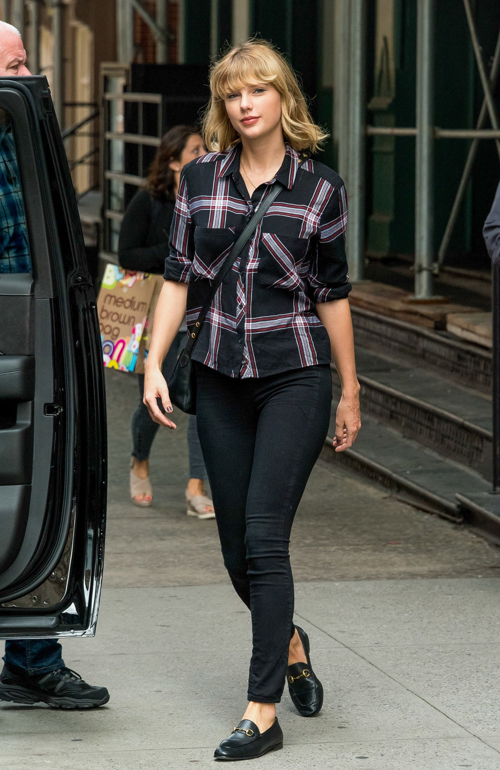 How to wear a flannel Taylor Swift wears a black flannel button down in New York City